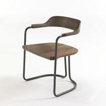 Chaise contemporaine / avec accoudoirs / cantilever / en bois massif