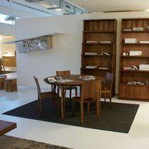 Table contemporaine / en bois massif / rectangulaire / ronde