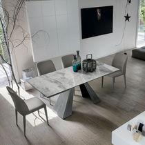 Table à manger contemporaine / en métal peint / en métal brossé / en grès cérame