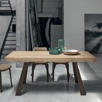 Table contemporaine / en bois / en métal peint / en métal brossé