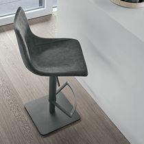 Chaise de bar contemporaine / avec repose-pieds / piètement central / tapissée