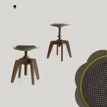 Tabouret contemporain / en bois / en tissu / hauteur réglable