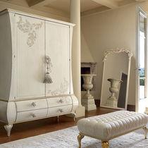 Armoire design nouveau baroque / en bois laqué / avec porte battante