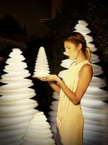 Lampe sur pied / design original / en polyéthylène / d'extérieur