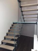 Escalier demi-tournant / marche en bois / marche en verre / structure en métal