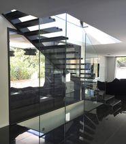 Escalier quart tournant / marche en chêne / structure en acier / structure en verre