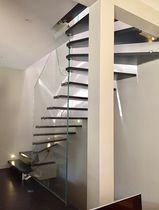 Escalier demi-tournant / marche en chêne / structure en verre / sans contremarche
