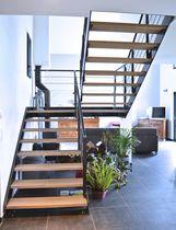 Escalier demi-tournant / marche en bois / structure en métal / sans contremarche