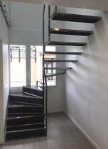 Escalier demi-tournant / marche en métal / structure en acier / avec contremarche