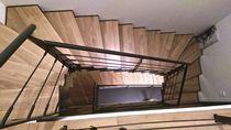 Escalier demi-tournant / marche en bois / marche en chêne / structure en métal