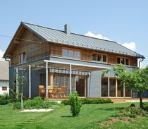 Maison préfabriquée / contemporaine / en bois massif / avec terrasse