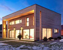 Maison préfabriquée / contemporaine / en mélèze / avec terrasse