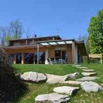Maison préfabriquée / contemporaine / à ossature bois / en mélèze
