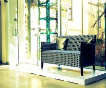 Canapé contemporain / en cuir / en hêtre / en tissu