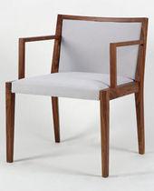 Chaise contemporaine / en bois / tapissée / avec accoudoirs
