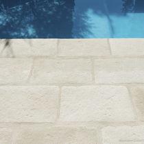 Carrelage d'intérieur / pour plage de piscine / au sol / en béton