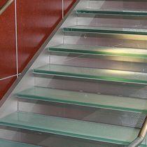 Escalier demi-tournant / droit / marche en verre / structure en métal