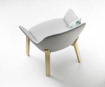 Fauteuil contemporain / en tissu / en cuir / en chêne