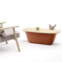 Table basse contemporaine / en cuir / en tissu / en chêne