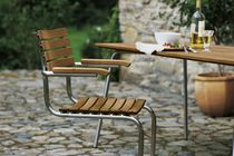 Chaise contemporaine / en bois massif / en acier inoxydable / avec accoudoirs