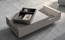 Table basse contemporaine / en bois laqué / rectangulaire / avec rangement