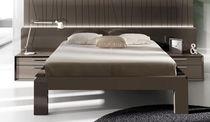 Lit double / contemporain / avec tête de lit / avec table de chevet intégrée