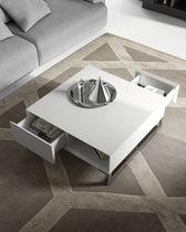 Table basse contemporaine / en bois laqué / carrée / avec rangement