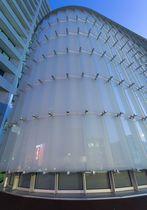 Brise-soleil en métal / en verre / pour façade / vertical