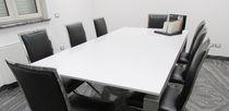 Table de réunion contemporaine / en pierre / rectangulaire / blanche
