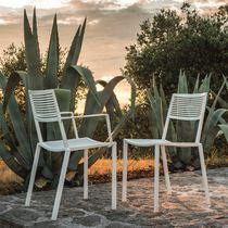 Chaise contemporaine / empilable / avec accoudoirs / en métal