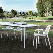 Chaise contemporaine / avec accoudoirs / empilable / en fonte d'aluminium