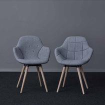 Chaise de conférence tapissée / avec accoudoirs / en tissu / en bois