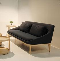 Canapé contemporain / en tissu / en cuir / bois