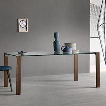 Table à manger contemporaine / en bois / en verre / en cuir