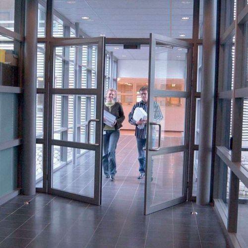 Porte battante / en métal / automatique / pour hôtellerie Porte a battente KONE KONE