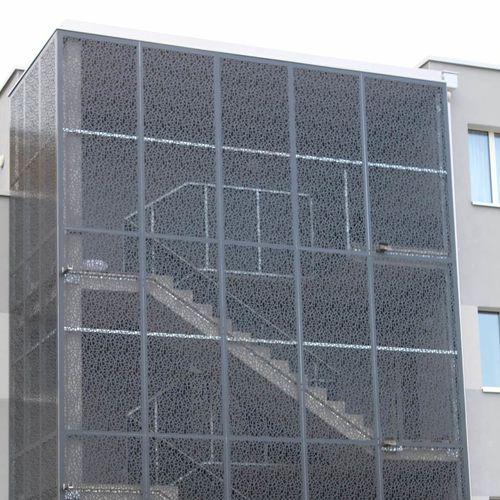 garde-corps en aluminium / à panneaux / en forme balustrade / d'extérieur
