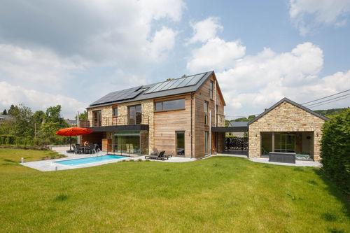 maison préfabriquée / en bois massif empilé / contemporaine / à ossature bois