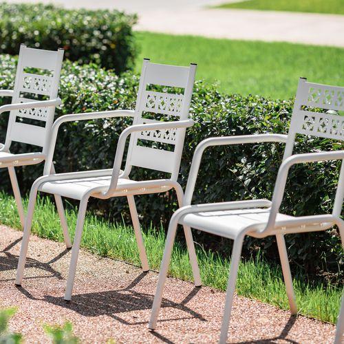 chaise contemporaine / avec accoudoirs / en acier à revêtement par poudre / d'extérieur