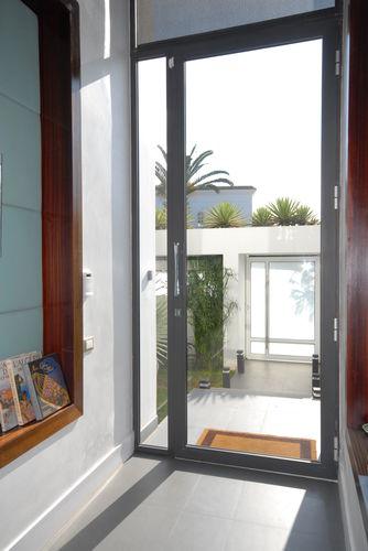 porte d'entrée / battante / en aluminium / avec vantail latéral fixe