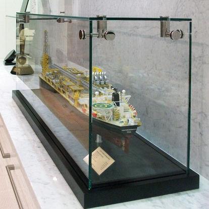 vitrine contemporaine / sur plan / en verre / professionnelle