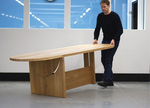 table contemporaine / en bois massif / ovale / professionnelle