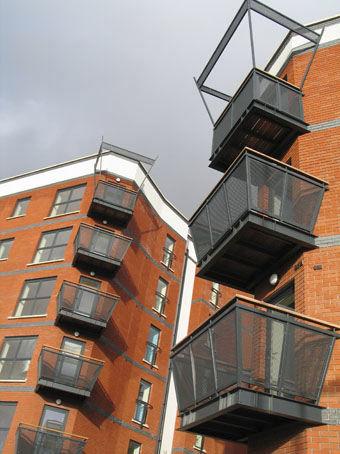 balcon à barreaux / en maille métallique