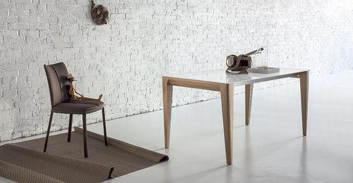 table contemporaine / en bois / rectangulaire