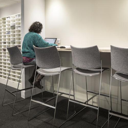 chaise de bar contemporaine / tapissée / luge / en bois
