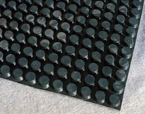 nappe drainante en caoutchouc / de drainage / pour surface très résistante / pour toit-terrasse