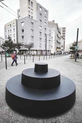 Banc public / design original / en métal / avec dossier LE PLUS PETIT GRADIN DU MONDE Tolerie Forezienne