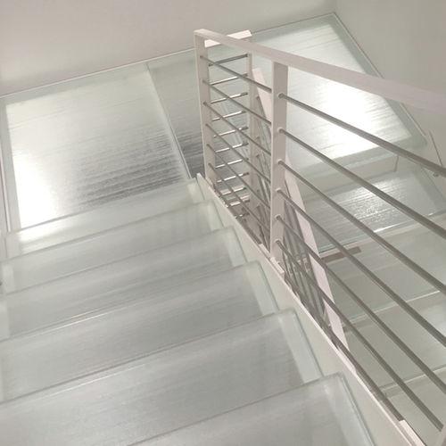 escalier droit / structure en acier inoxydable / marche en verre / sans contremarche