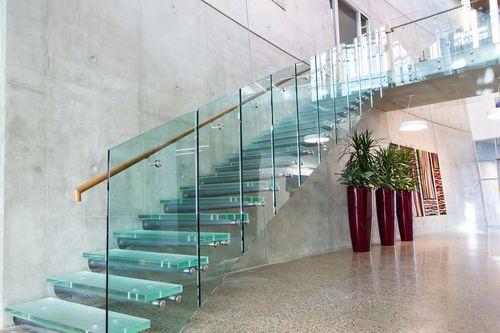 escalier droit / structure en métal / marche en verre / sans contremarche