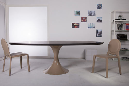 table contemporaine / en bois / en bois laqué / ovale