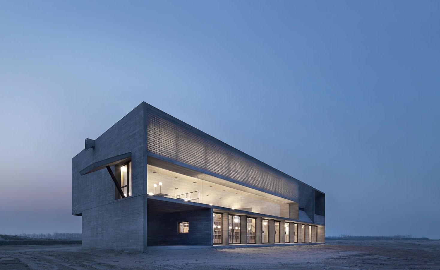 contemplation tranquille : la bibliothèque presse de la plage des